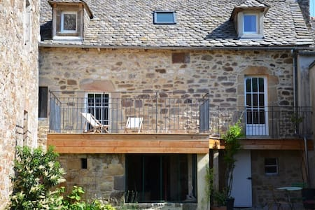 Charming stone house near the forest Les Palanges - Montrozier - 独立屋