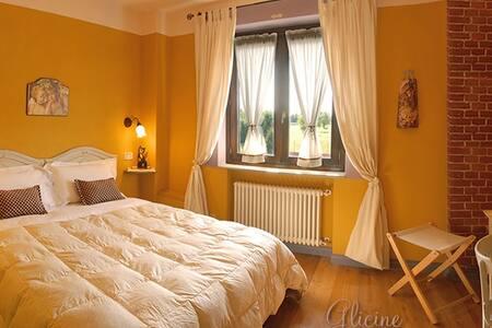 La camera glicine, con letto matrimoniale, ampio bagno, vista su piscina, termoautonoma
