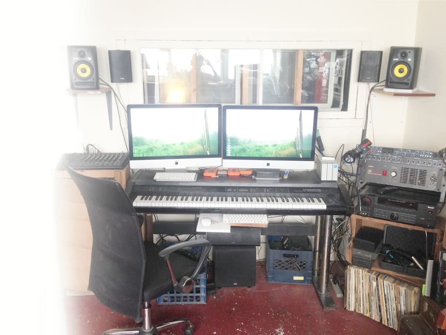 Two monitor workstation for editing music/film & photos. Equipped with FCPX, Logic X, Photoshop, and numerous other media applications.