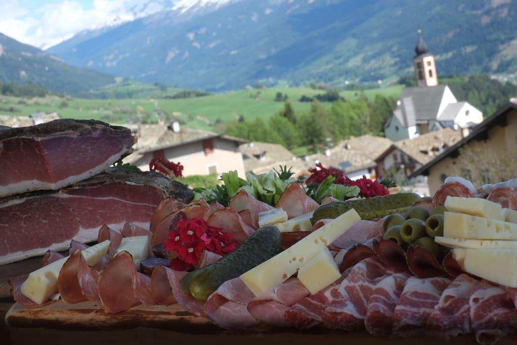 Vista panoramica dagli appartamenti sulla Catena del Lagorai e le Dolomiti.