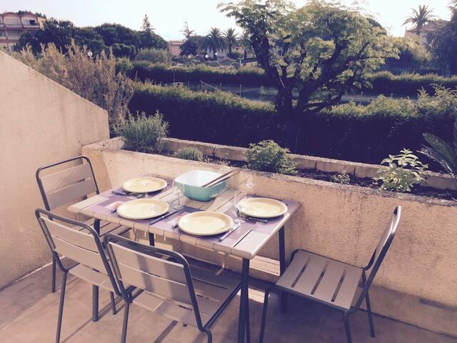 Terrasse avec table 4 personnes et BBQ, au calme donnant sur le parc de la résidence et la deuxième piscine.