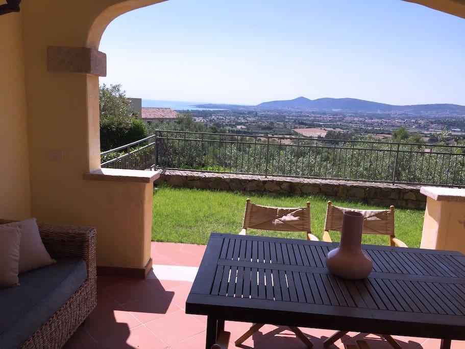 Casa con vista mare e piscina houses for rent in budoni for Residence con piscina budoni