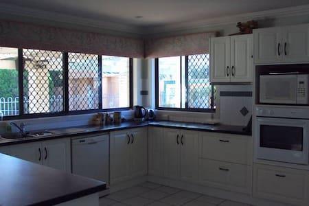 2 Bedrooms, 1 Bathroom, 2 couples - Banksia Beach - Casa