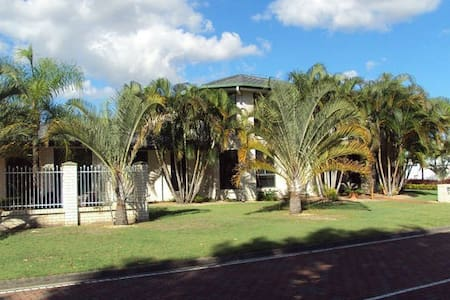 2 Bedrooms, 1 Bathroom, 2 couples - Banksia Beach