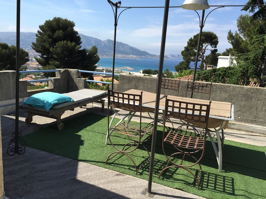 situe en toit terrasse avec vue mer maisons louer marseille provence alpes c te d 39 azur. Black Bedroom Furniture Sets. Home Design Ideas