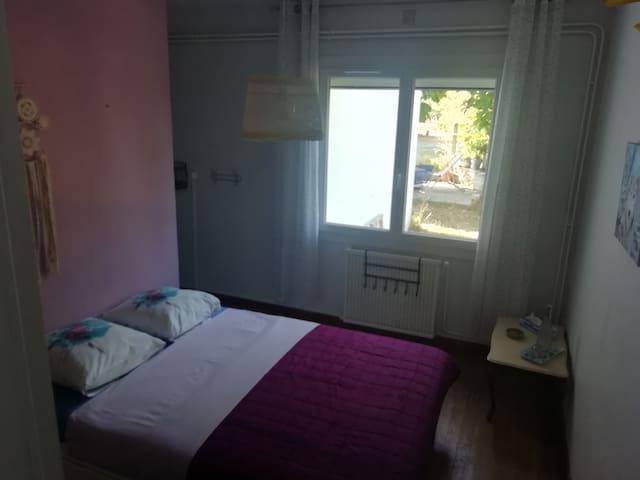 Chambre 1 : 1 grand lit, 1 lavabo, penderie, vue sur jardin et piscine, proche WC