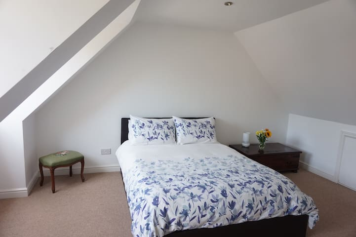 Private 2-flr suite, kingsize bed, lounge & shower
