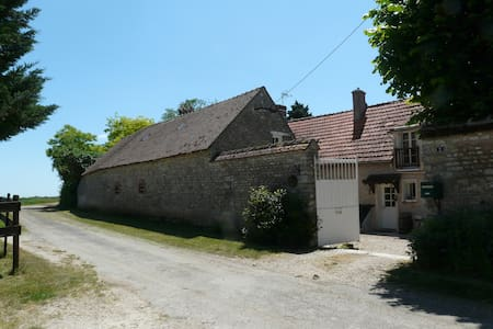 Five Bedrooms in the Countryside - Yèvre-la-Ville - 家庭式旅館