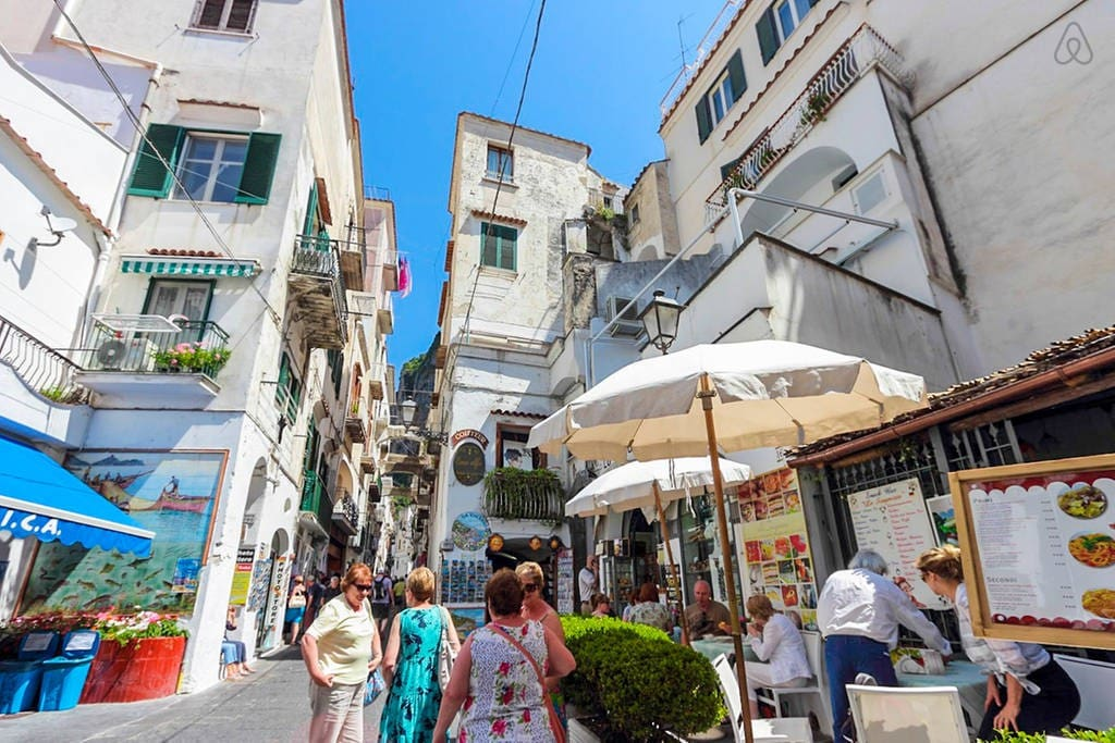 The neighborhood where the house is located: the main centre of Amalfi.