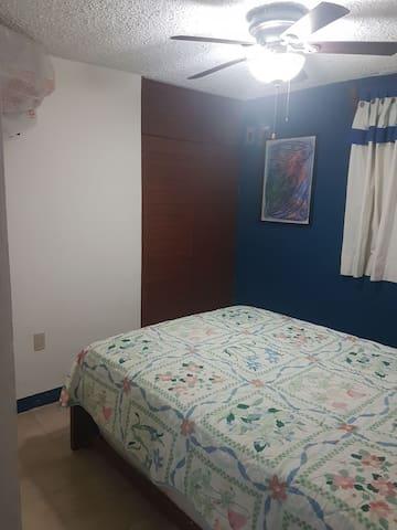 """Recamara sin baño con 1 cama matrimonial, 1 cama individual deslizable por debajo de la matrimonial, 1 Closet, 1 TV 32"""", aire acondicionado y ventilador."""