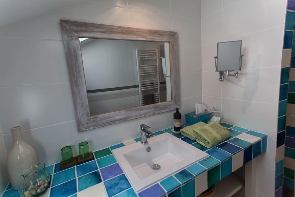 Salle de bains ch. côté parc 2e étage