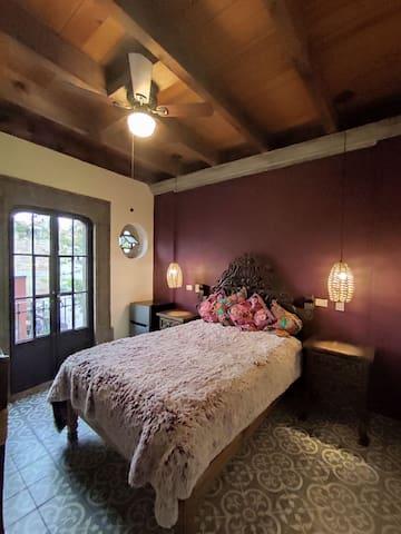 La habitación es acogedora y luminosa. Cuenta con un balcón hacia la calle y muebles cómodos que parecen transportar a los huéspedes a otra época. Cuenta con los elementos necesarios para una estancia cómoda como ropero, escritorio, minibar y baño