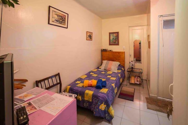 Habitación privada con entrada independiente con baño privado