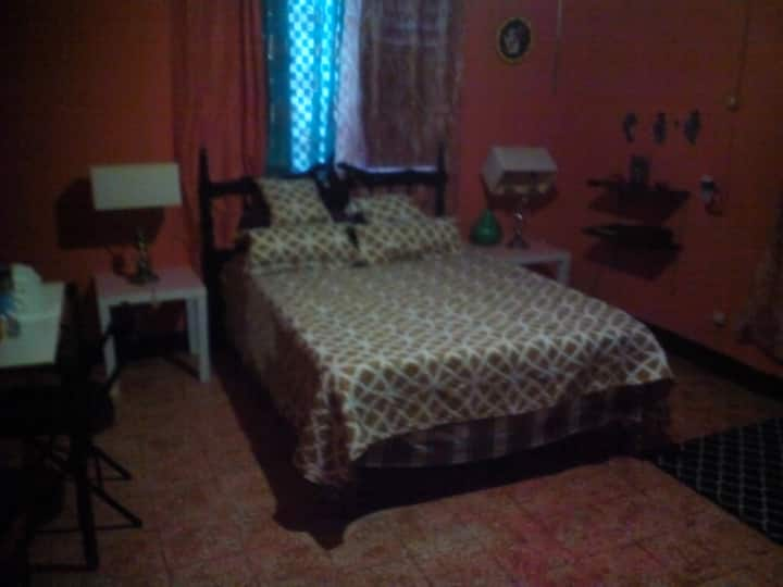 Breezy Room At Buckingham Villa & Suites # 4