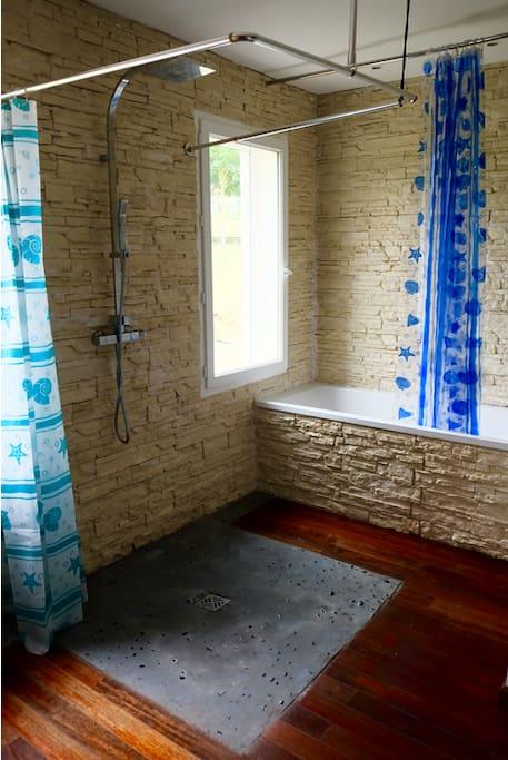 Salle de bain avec baignoire et douche italienne ,meuble double vasque et wc  supplémentaire