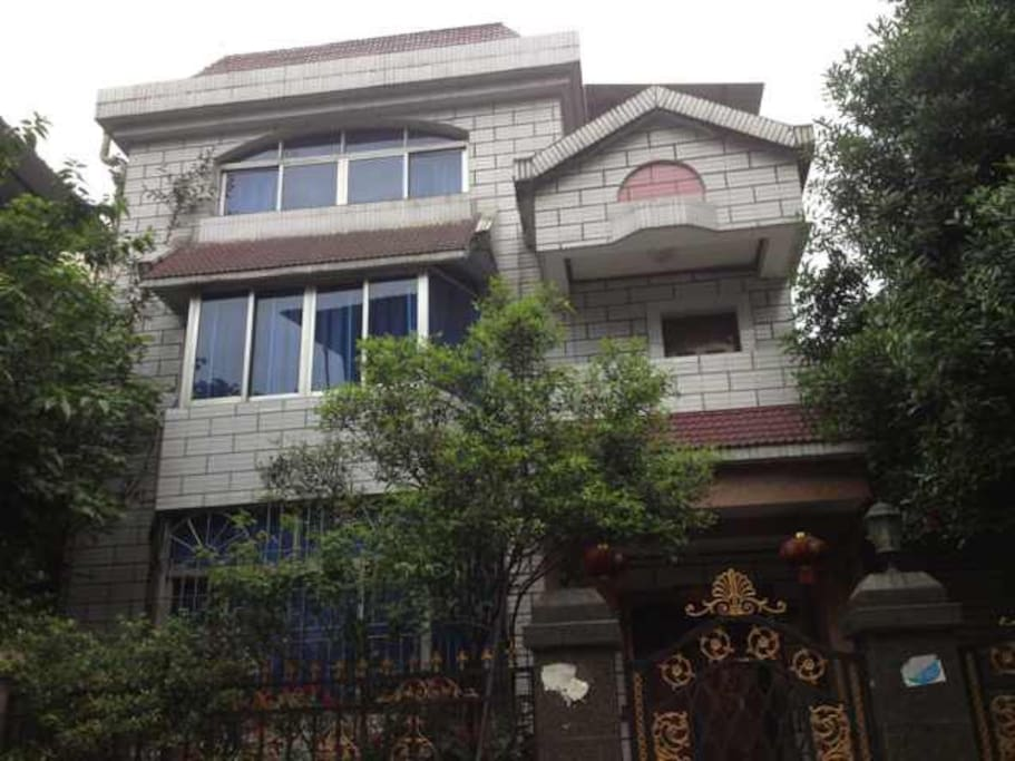 独栋别墅 Single house with three floors, two living rooms, five bedrooms, three bathrooms , one toilet, two parking spots