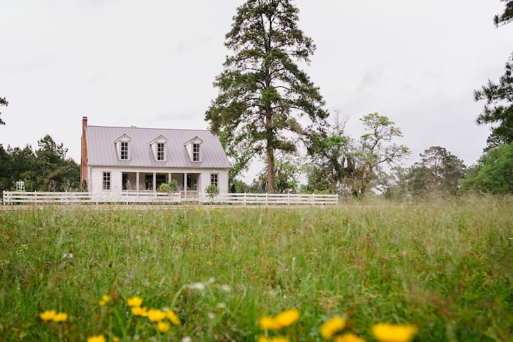 Historic Farmhouse |108 Acres|Pool & Spa|Breakfast