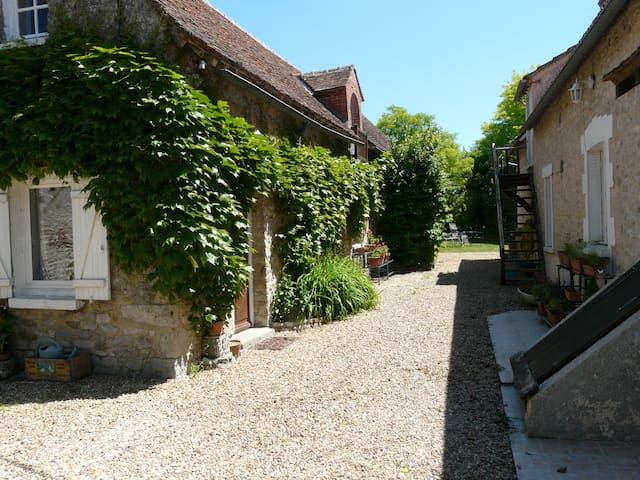 Family bedrooms in the countryside - Yèvre-la-Ville - 家庭式旅館