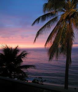 Beachfront Bungalow- HALE LE'A LE'A - Waialua