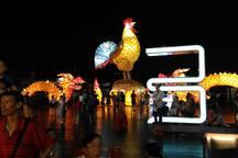 基隆海洋廣場悠閒的人群與夜色。