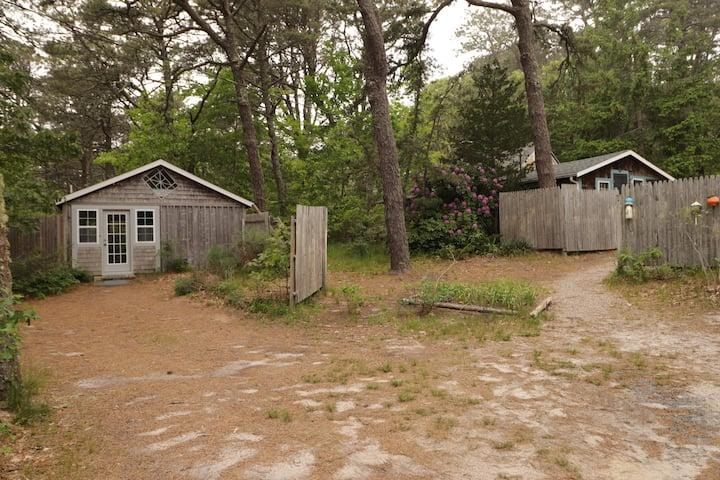 Walk to beach - Hidden Hollows Cottage and studio