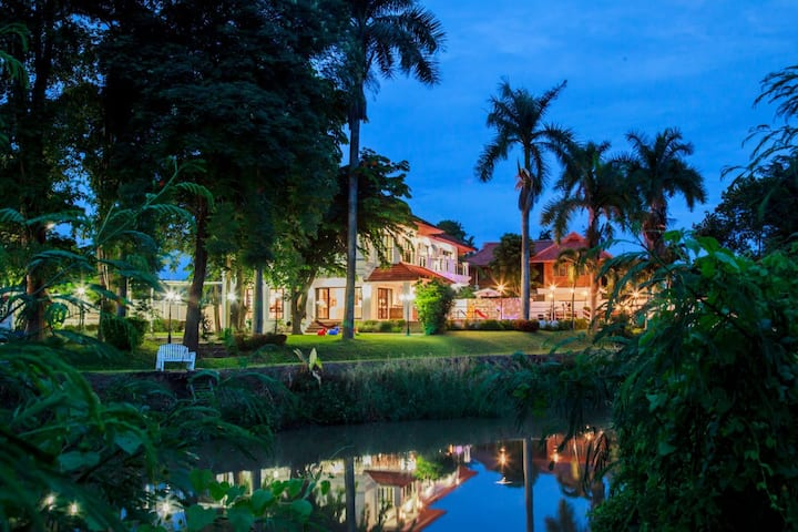 Chiang Mai 新房上架河畔超大花园按摩泳池别墅,免费接或送机。