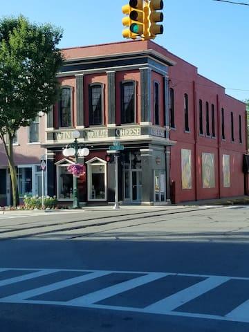 Downtown Tecumseh French Studio Autumn Getaway!