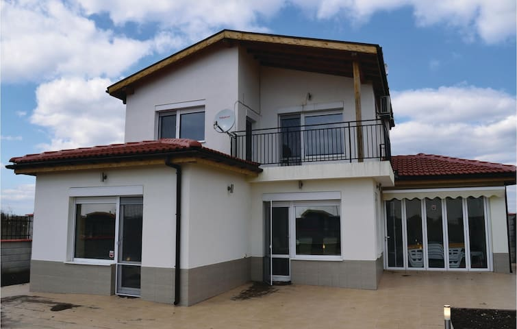 Holiday cottage with 3 bedrooms on 100 m² in Balchik