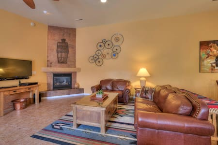 IN TOWN !! Spacious COTTONWOODS TOWNHOUSE