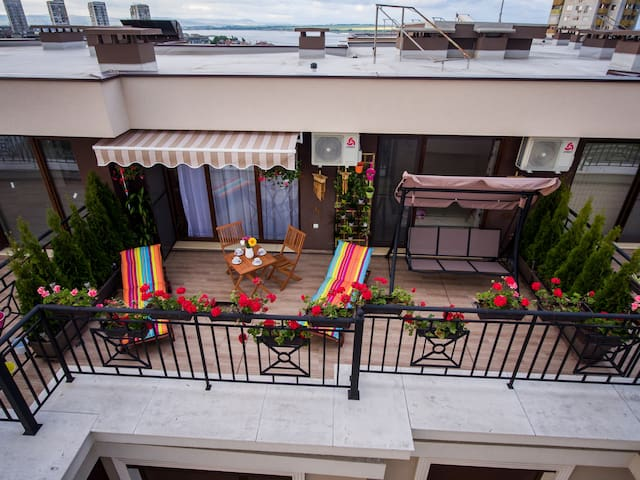 The terrace is lovely with a size of 20 square meters. It is equipped with two sun loungers, a swing, a table and two chairs, as well as many beautiful flowers
