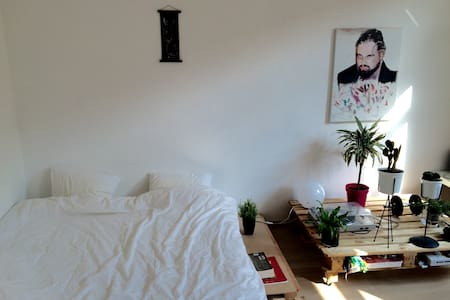 Nice two person bedroom in Brussels - エテルビーク - 一軒家