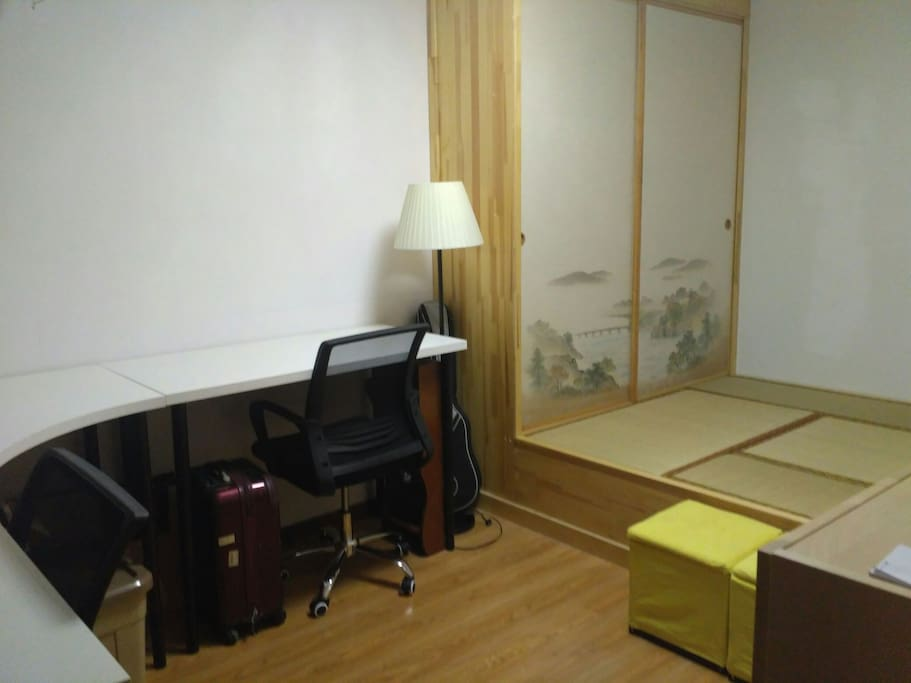 One room with closet(mattress are provided)