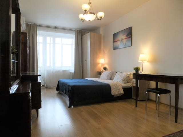 Spacious room&balkony, 3min to metro Alekseevskaya