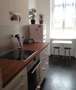 Perfect for couples! Sunny room in Charlottenburg - Berliini - Huoneisto