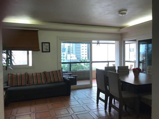 Apartamento duas quadras da praia.
