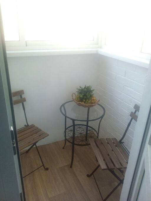 Балкон уютный и просторный, послужит дополнительным местом для отдыха, выход на балкон находится на кухне
