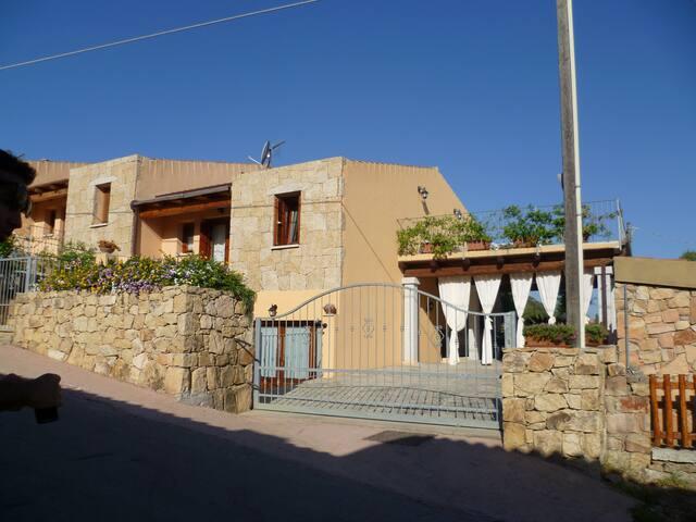 Casa Lu Lioni con fresco pergolato - San Teodoro - House