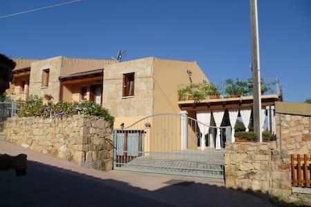Casa Lu Lioni con fresco pergolato - San Teodoro - Haus