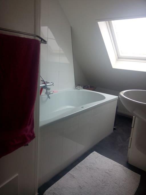 bathroom (with bubble bath!)
