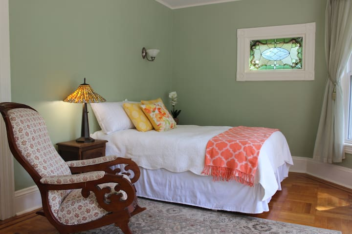 Private Room in Beautiful Home - Waltham