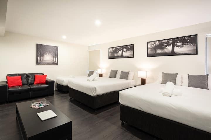 Ascot Budget - Modern Family Room (Sleeps 5)
