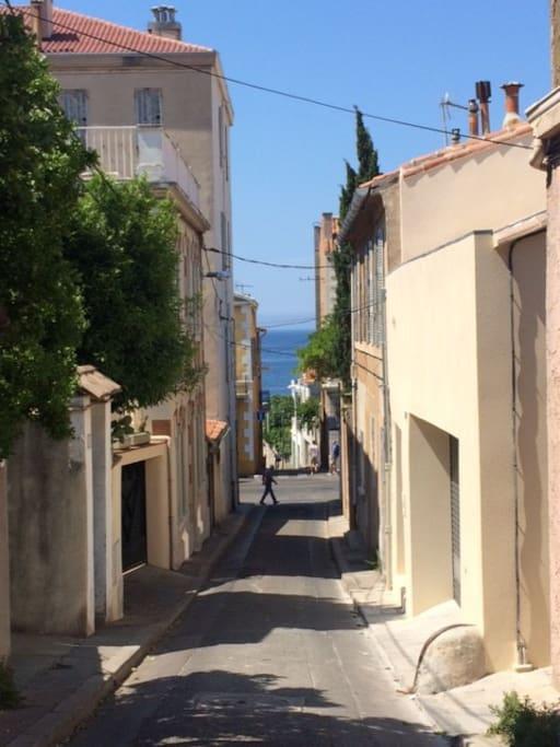 Rue accédant à la Corniche et à la mer