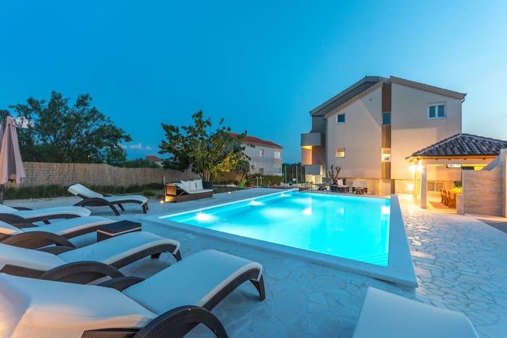 Maison de vacances avec piscine à Pristeg