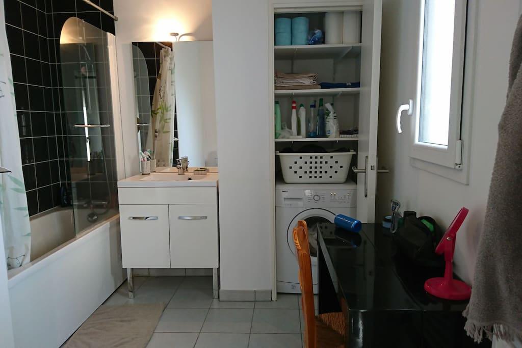 Salle de bain, baignoire et WC.