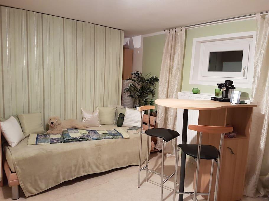 Zweites Bett und Stehtisch zum Essen
