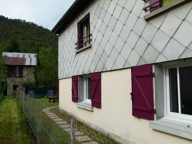 maison et jardin au bord du village - SAURAT