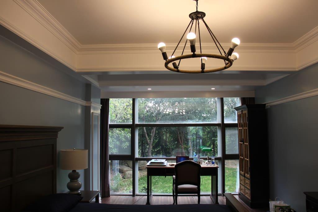 二楼卧室(1)窗外林木葱郁