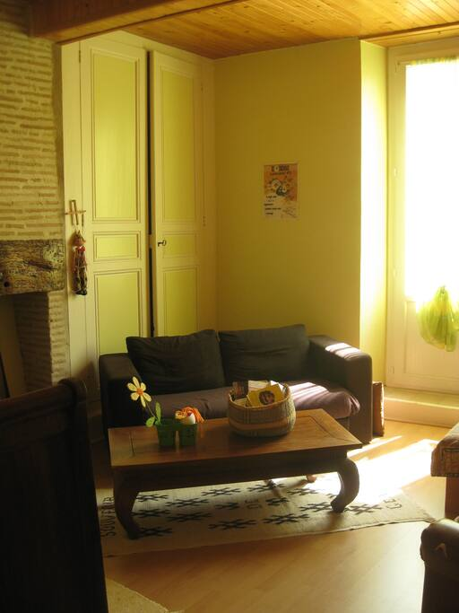 Dans la chambre, coin canapé pour détente...