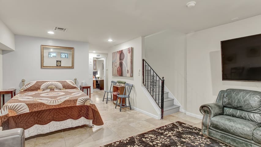 ★Private Basement Suite in Gorgeous Fishtown Home★