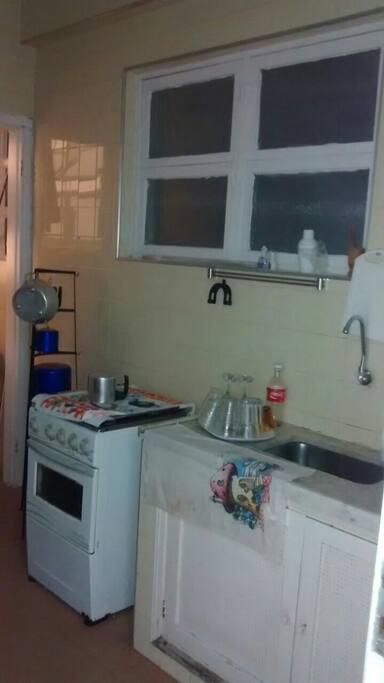 Cozinha equipada com utilidades domésticas